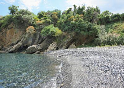 Skoupa zwarte keien strandje